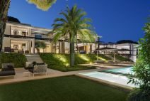 St-Tropez-Residence-with-full-height-windows-facing-the-garden