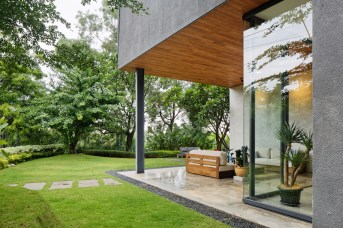 Inside-Outside-House-ensures-a-seamless-connection-with-the-surroundings