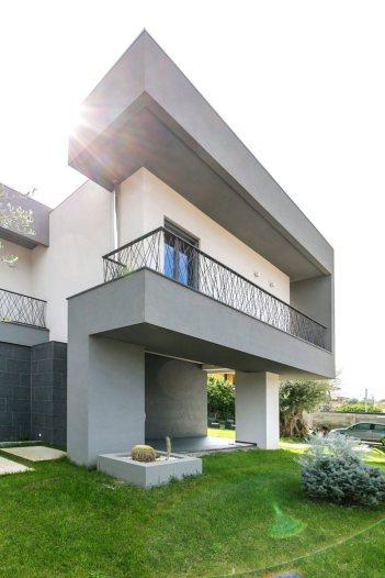The-Dante-House-features-balbonies-that-overlook-the-garden
