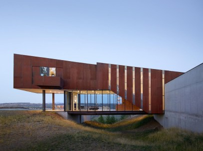 The-Rimrock-House-has-exterior-shades-on-all-windows