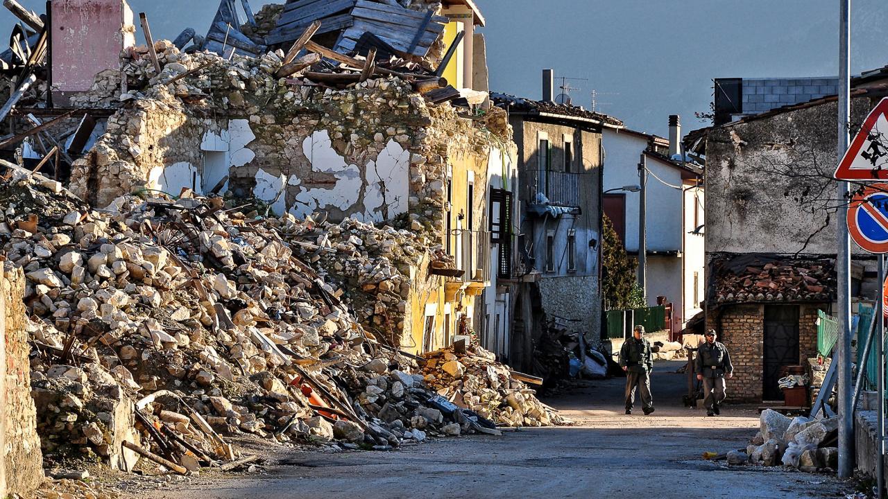 be50b98966 Ön földrengésveszélyes házban él?!? Magyarországon lehet pusztító  földrengés? Könnyűszerkezetes és téglaház földrengéstesztek videón.
