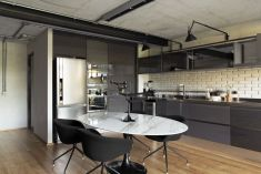 Brazil-Industrial-loft-by-Diego-Revollo-Arquitetura-black-kitchen-decor