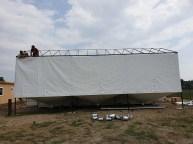 A POLISZTIROL GYÁR 3 DARAB 60 M3-ES silója felé készül a ponyva építmény