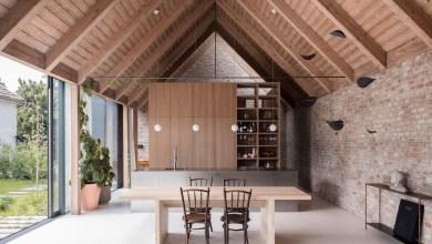 Photo of House V: egy kortárs parasztház, modern homlokzattal és rusztikus tégla belső terekkel