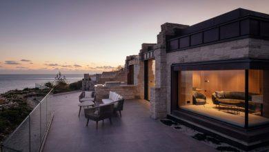 Photo of Helyi kőből épült falak választják el a luxus rezidencia La Manche-csatornára néző teraszait