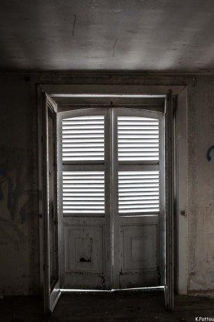 Urbex : Villa with spooky windows.