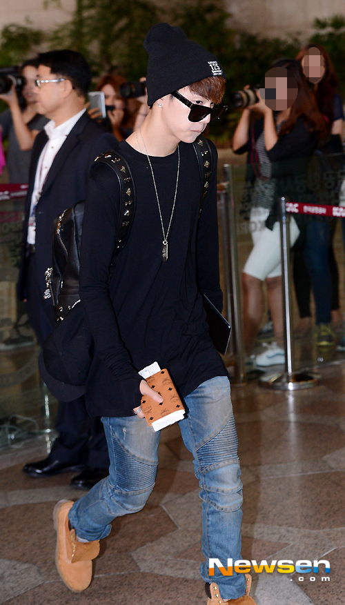 korea korean kpop idol boy band group got7 GOT7 Mark's airport fashion oversized black outfits for guys kpopstuff