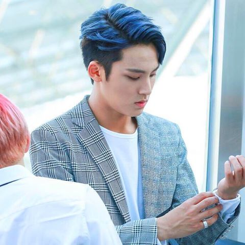korea korean kpop idol boy band group seventeen mingyu's half-dyed hair color cool blue silver grey hairstyle hairstyles for guys kpopstuff