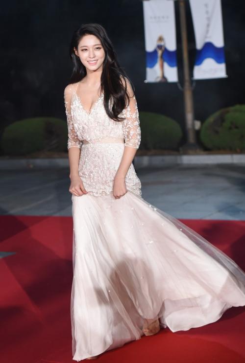 korea korean kpop idol girl band group aoa seolhyun's dress fashion 36th blue dragon film awards red carpet look dress outfit for girls kpopstuff