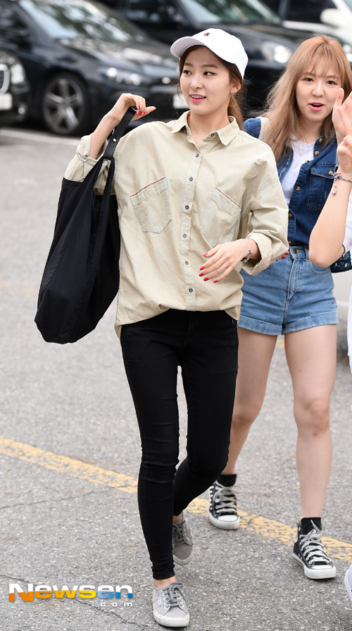 korea korean kpop idol girl band group red velvet seulgi's airport fashion simple casual jeans button up shirt cap outfit style for girls kpopstuff