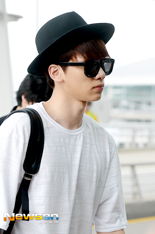 korea korean kpop idol boy group vixx fedora fashion hyuk black hat airport fashion outfit looks for guys kpopstuff