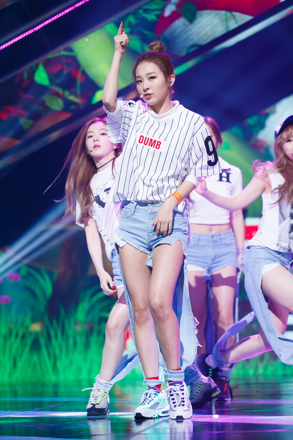 korea korean kpop idol girl group band red velvet's jeans from dumb dumb mcountdown seulgi irene wendy distressed jean look fashion for girls kpopstuff