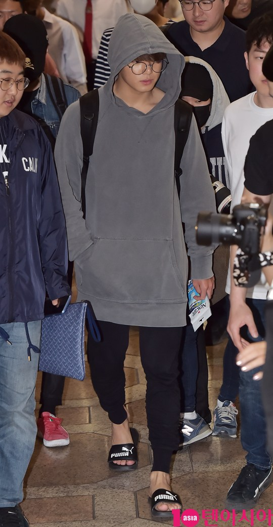 korea korean kpop idol boy band group BTS airport looks bangtan boys jungkook hoodie casual streetwear comfy airport fashion style guys men kpopstuff