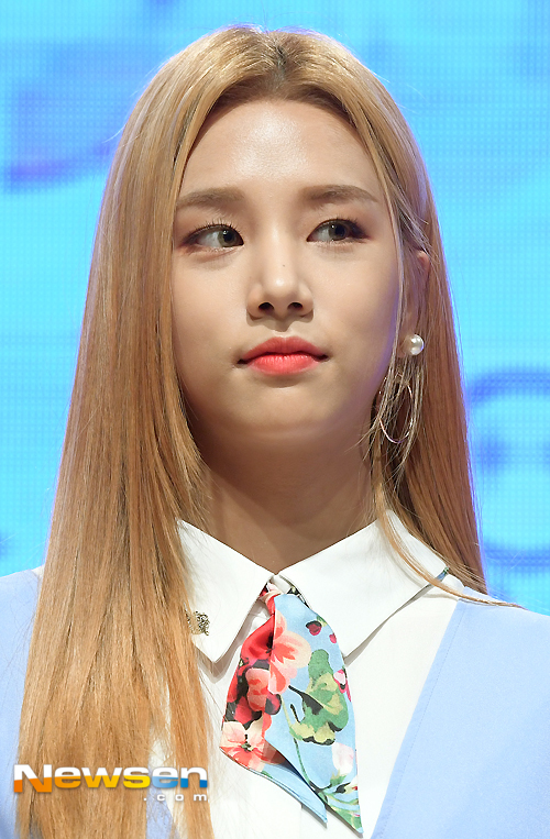 korea korean kpop idol girl group band kdrama actress laboum solbin's blonde hair change light dye gold hairstyles girls women kpopstuff