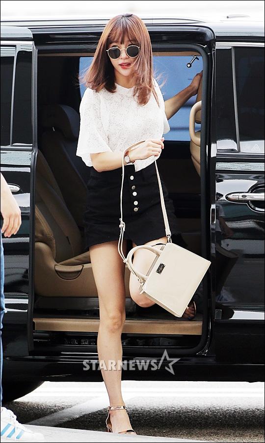 korea korean kpop idol girl group band exid hani's half tuck airport fashion style white black denim shorts hawaii departure outfits girls women kpopstuff