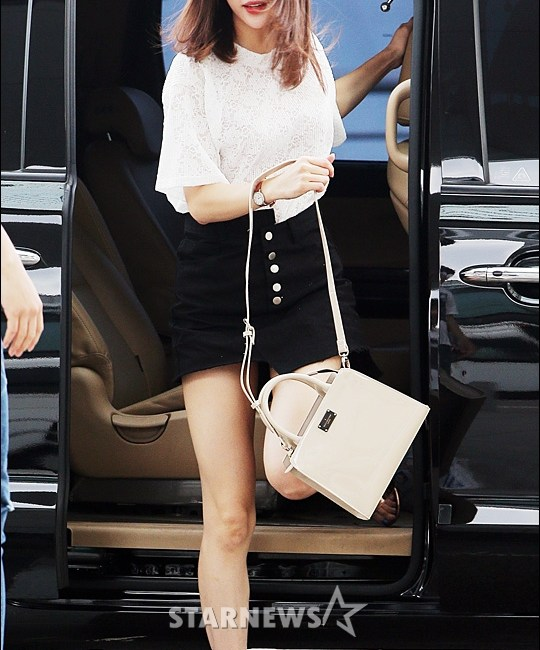 korea korean kpop idol girl group band exid hani's half tuck airport fashion style white black denim shorts hawaii departure outfits girls women kpopstuff