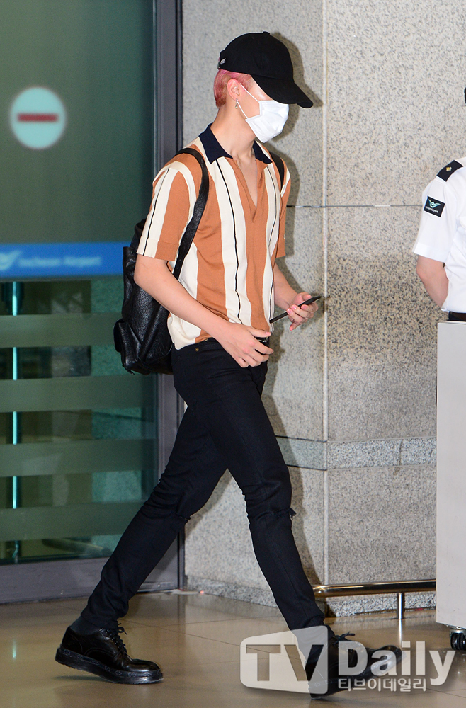 korea korean kpop idol boy band group bangtan boys beyond the scene BTS bts jimin's pink hair hairstyle new hairstyles guys boys airport fashion looks kpopstuff