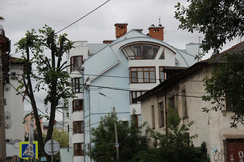 В этом я бы выбрала последний этаж с фигурным балконом.