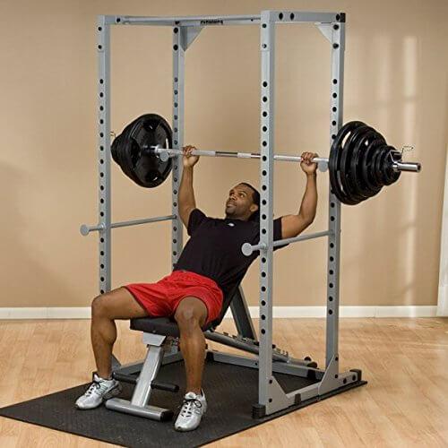 Das Power Rack PPR200x von Body Solid ermöglicht auch das Training mit schweren Gewichten.