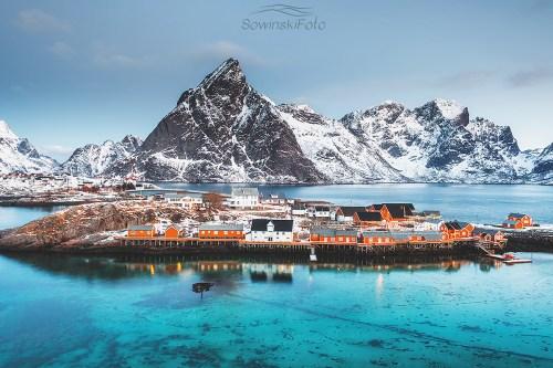 Góry i morze Sakrisøy, wysepka/ Norwegia