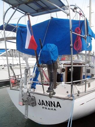 Janna v plné kráse s českou vlajkou a novým jménem na zádi.