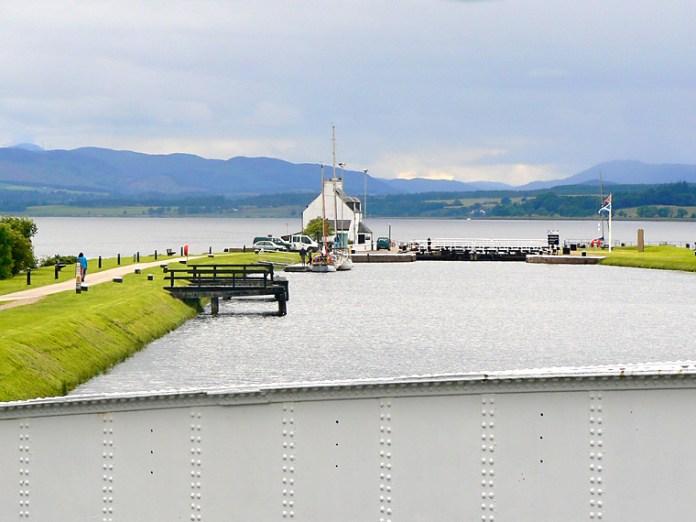 Clachnaharry Sea Lock focený přes otočný most.