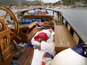 Spaní na zadní palubě.