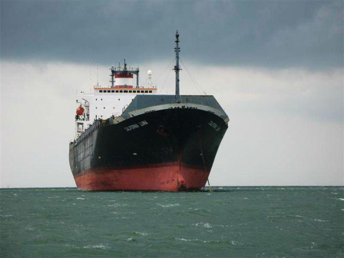 Proplétáme se kolem tankerů (mračna se stahují).