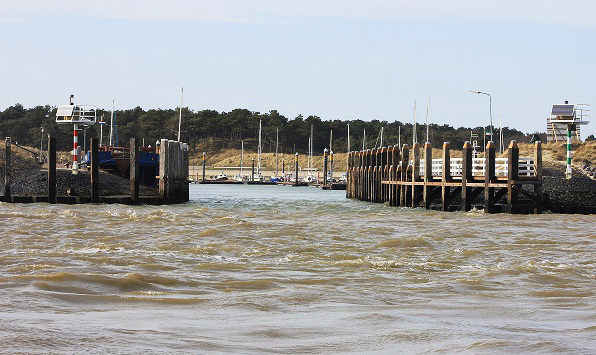 Úzký vjezd do přístavu na Vielandu.