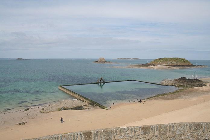 Bazén v Saint Malo za odlivu.