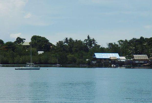Ten domeček s modrou střechou na kůlech je místní jachtklub.