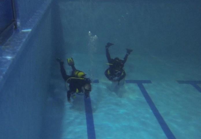 Jarda a jeho buddy u dna bazénu.