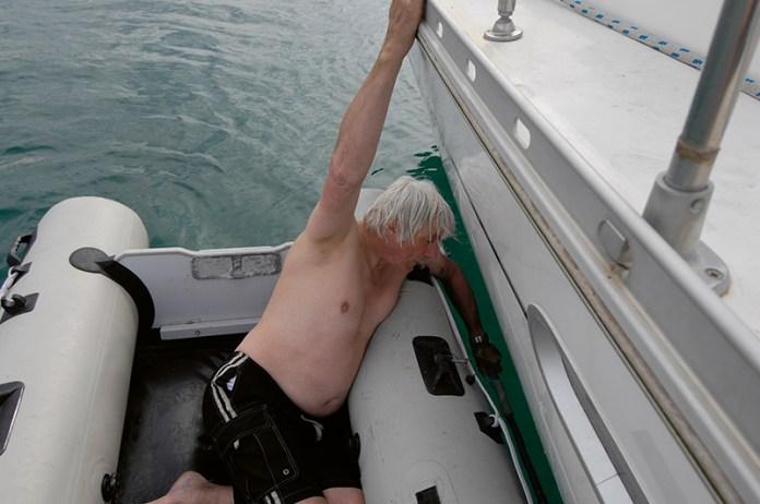 Tom dosáhl na lodní šroub pouze, když se položil do člunu a jednu ruku ponořil do vody.