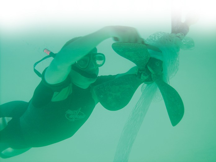 Odřezávat lano z vody může být pěkně náročné.