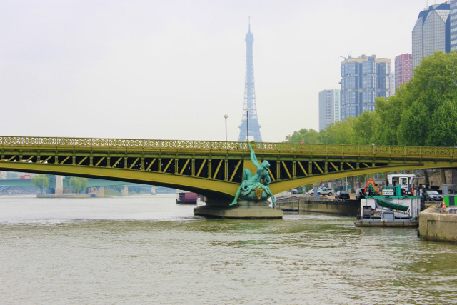 Secesni most + silueta Eiffelovy věže = Paříž.