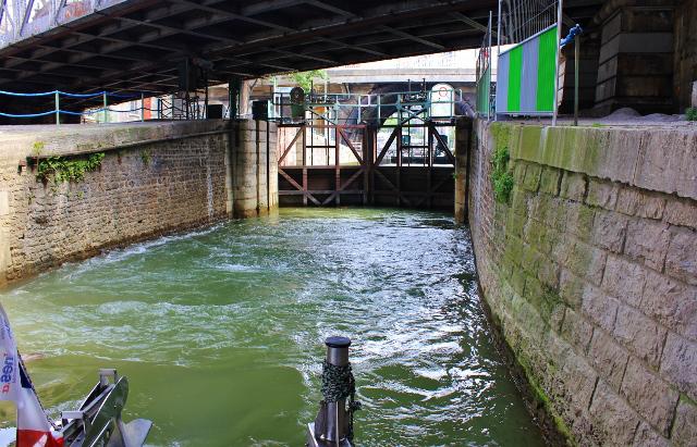 Úzké zdymadlo, kterým je potřeba proplout mezi řekou Seinou a přístavem Arsenal.