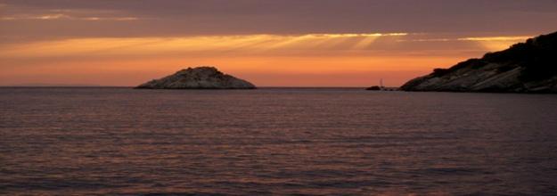 Nádherný západ slunce v Golfo della Biodola.