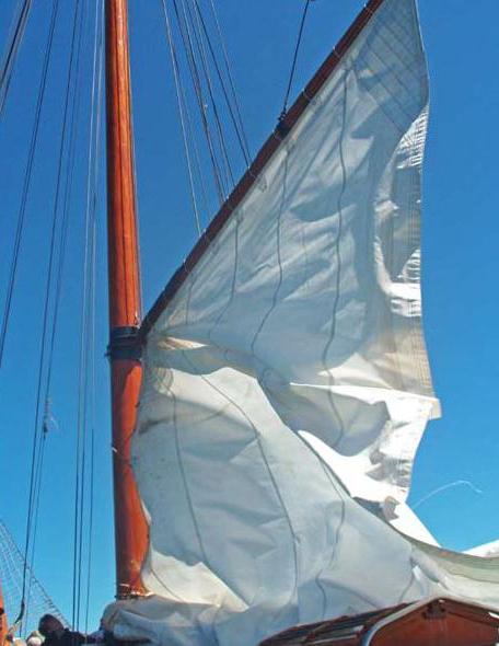 Vytáhnout plachty na takové lodi není žádná sranda.