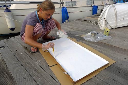 Janička natírá nové víko pro nový úložný prostor v kokpitu.