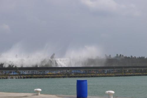 Vlny přes vlnolam.