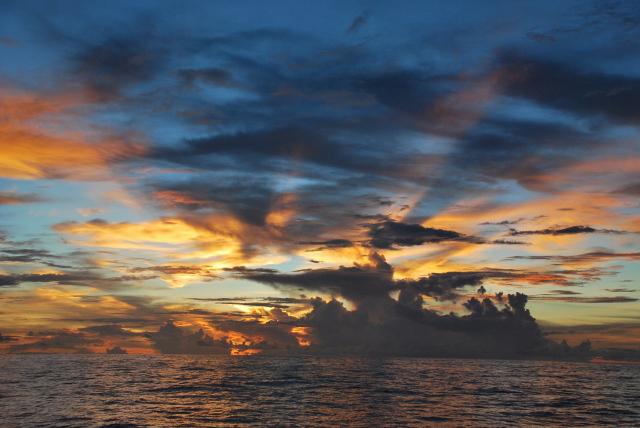 Západy slunce na volném moři jsou nezapomenutelné.