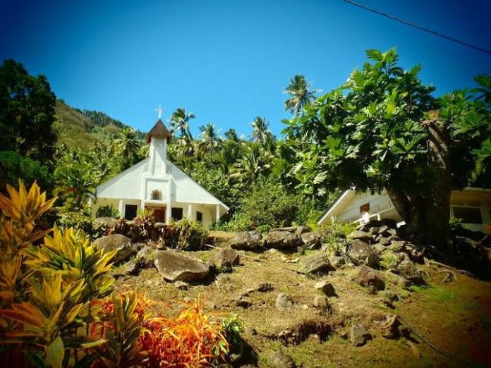Kostel s dřevěnou střechou.