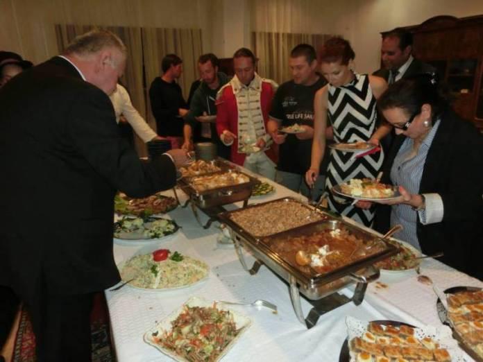 Společná večeře na ambasádě.