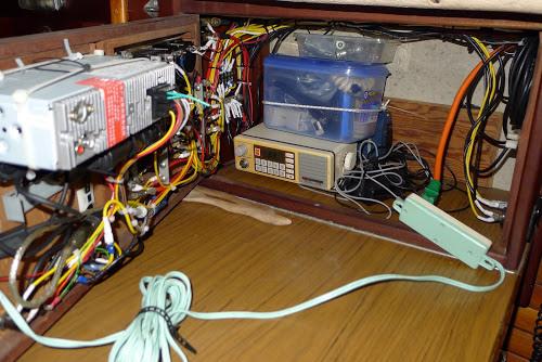 Rádio jsme šikovně ukryli v elektroskříni.
