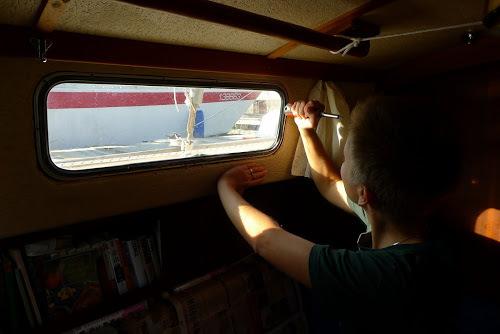 Janička vytlouká vnější rám okna ven.