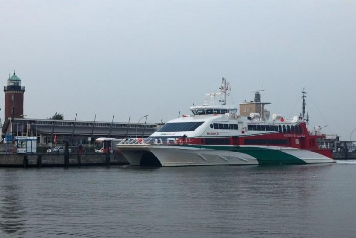 Od starého majáku vyplouvají trajekty na ostrov Helgoland u pobřeží.