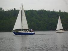 Při větru ze stejné strany musí dát plachetnice v návětří přednost plachetnici v závětří.