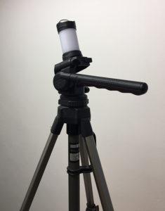 Lucerna připevněna na fotografickém stativu