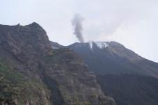 Každých 20-30 minut chrlí vulkán lávu, kamení a kouř