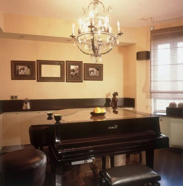 Тиматидің пәтеріндегі қара фортепиано